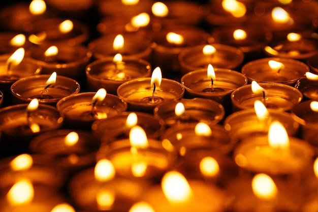 Bougies. Beaucoup De Bougies Allumées Dans L'obscurité. Bougies Jaunes Sur Fond Noir. Photo gratuit