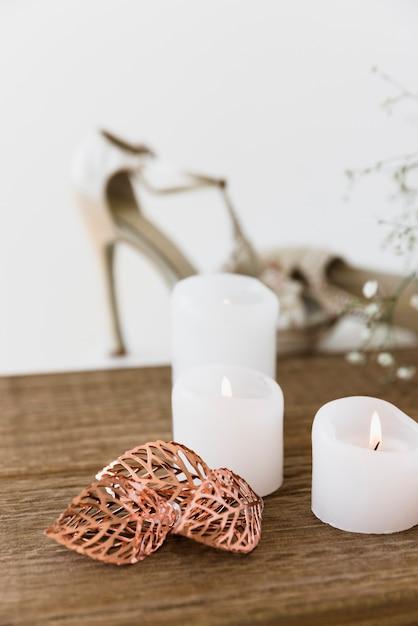 Une bougies blanches illuminées sur une table en bois Photo gratuit