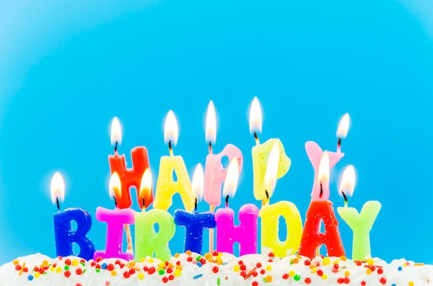 Bougies colorées de joyeux anniversaire Photo gratuit