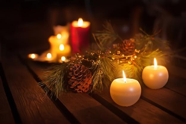 Bougies De Noël Et Ornements Sur Table Sombre Avec Des Lumières Photo Premium