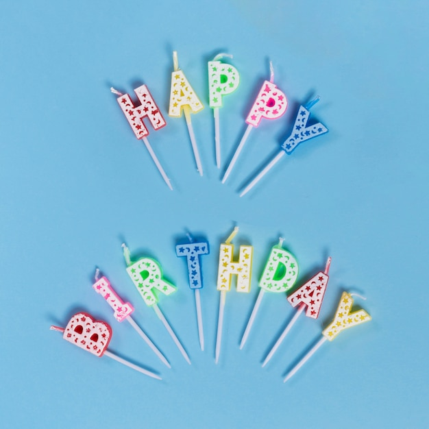 Bougies non éclairées avec texte joyeux anniversaire Photo gratuit