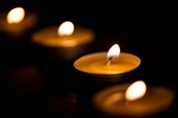 Des bougies qui brillent dans le noir Photo gratuit
