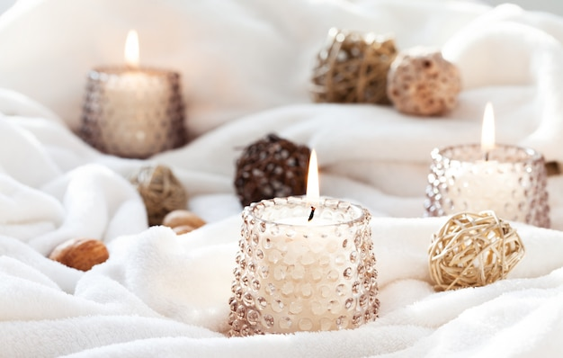Bougies sur tissu blanc Photo Premium