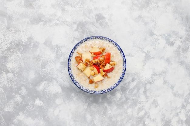 Bouillie De Flocons D'avoine Dans Un Bol Avec Des Tranches De Miel Et De Pomme Rouge, Vue De Dessus Photo gratuit