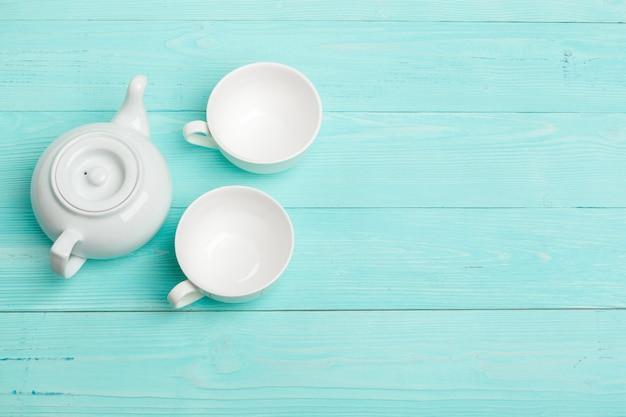 Bouilloire en céramique blanche sur une table en bois se bouchent Photo Premium