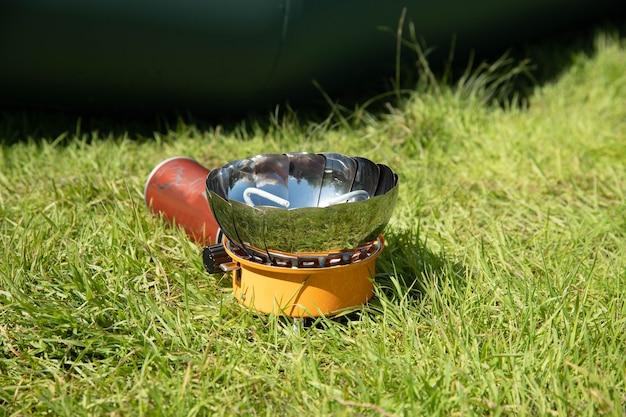 Bouilloire Touristique Sur Un Brûleur à Gaz. Cuisiner Dans Des Conditions De Terrain. Utilisation D'un Brûleur à Gaz Touristique Photo Premium