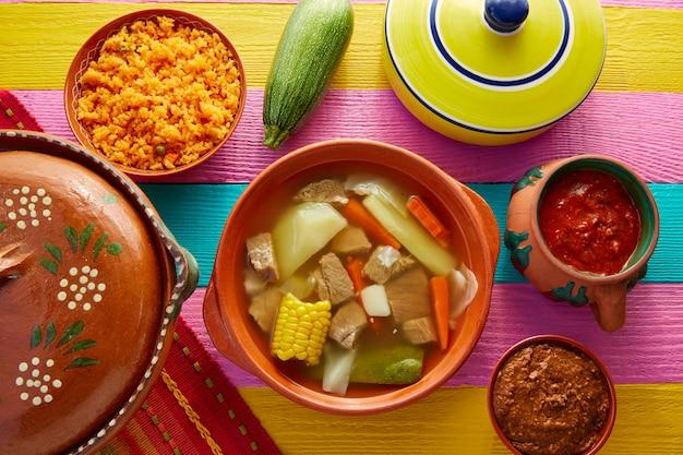 Bouillon de bœuf mexicain caldo de res dans la table Photo Premium