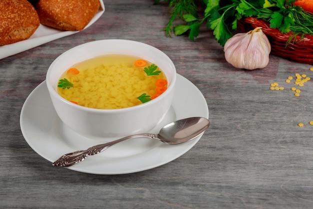 Bouillon frais avec carotte et persil Photo Premium