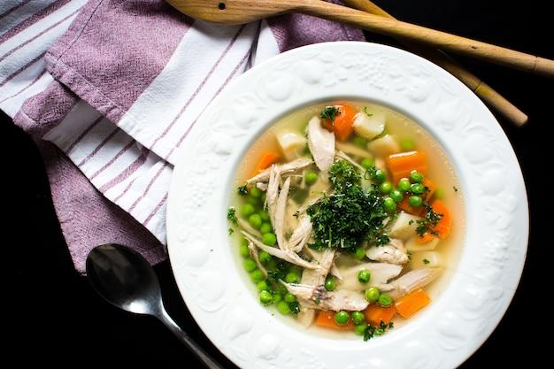 Bouillon de poulet maison aux légumes Photo gratuit