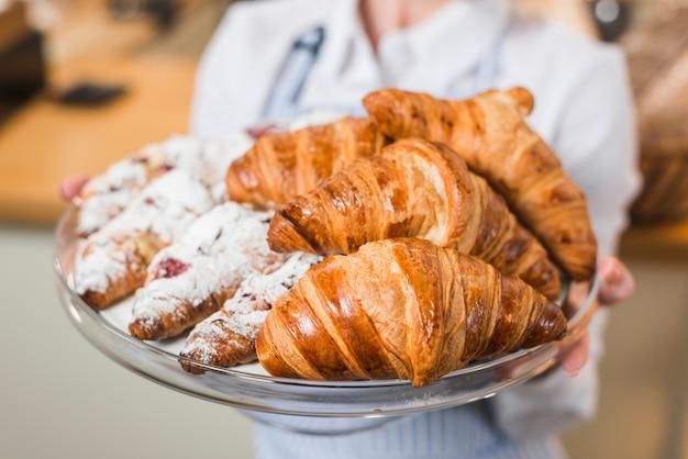 Boulanger, Femme, Tenue, Frais, Croissant, Plateau Photo gratuit
