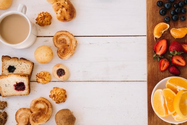 Boulangerie avec café et fruits différents sur la table Photo gratuit