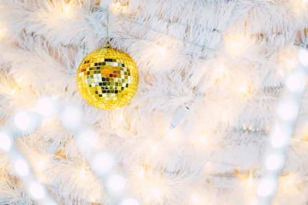 Boule à facettes sur l'arbre de noël Photo gratuit