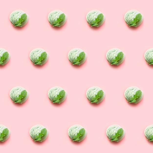 Une boule de glace à la pistache verte ou au thé de thé matcha à la menthe sur fond rose Photo Premium