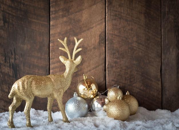 Boule de noël argentée et décoration de renne avec bois Photo Premium