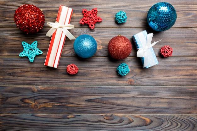 Boule de noël, cadeaux et décorations créatives sur fond en bois Photo Premium