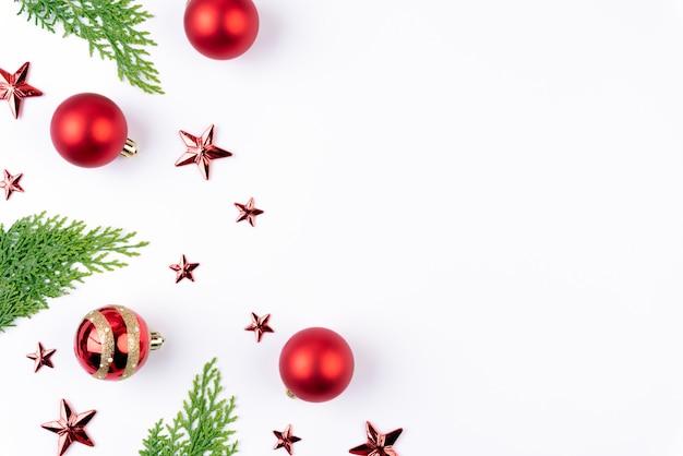 Boule De Noël Rouge Avec Des Branches D'épinette Verte Et étoile
