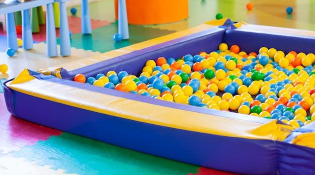 Boule de piscine en plastique pour enfants Photo Premium