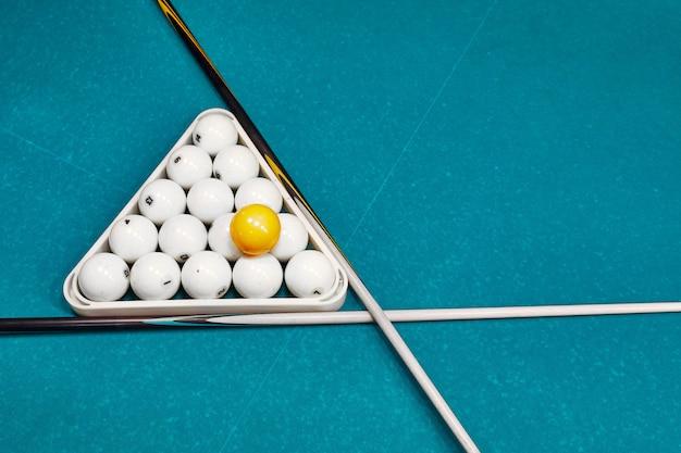 Boules De Billard Russe, Cue, Triangle, Sur Une Table. Tissu Bleu Avec Un Espace Pour Le Texte Photo Premium
