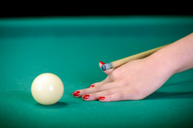 Boules De Billard Sur La Table Verte Et Boule Blanche Au Premier Plan. Photo Premium