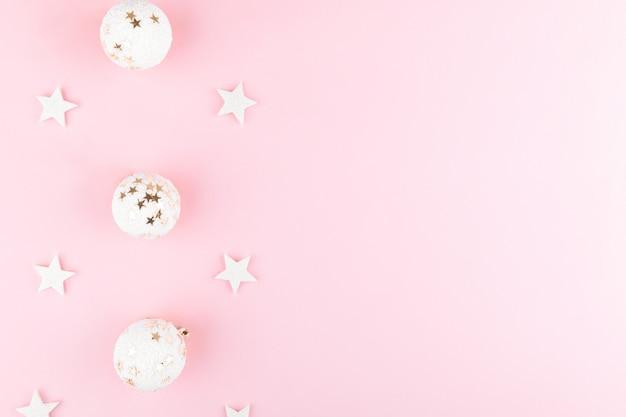 Boules Blanches De Noël, Paillettes Sur La Vue De Dessus De Table Rose élégant. Contexte De La Mode. Composition élégante Festive à Plat. Photo Premium