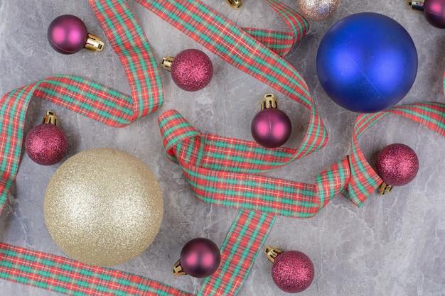 Boules De Boule De Noël Avec Bel Arc. Photo gratuit