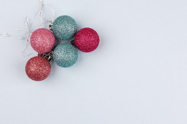 Boules Colorées D'arbre De Noël Se Trouvent Sur Un Fond Clair Photo Premium