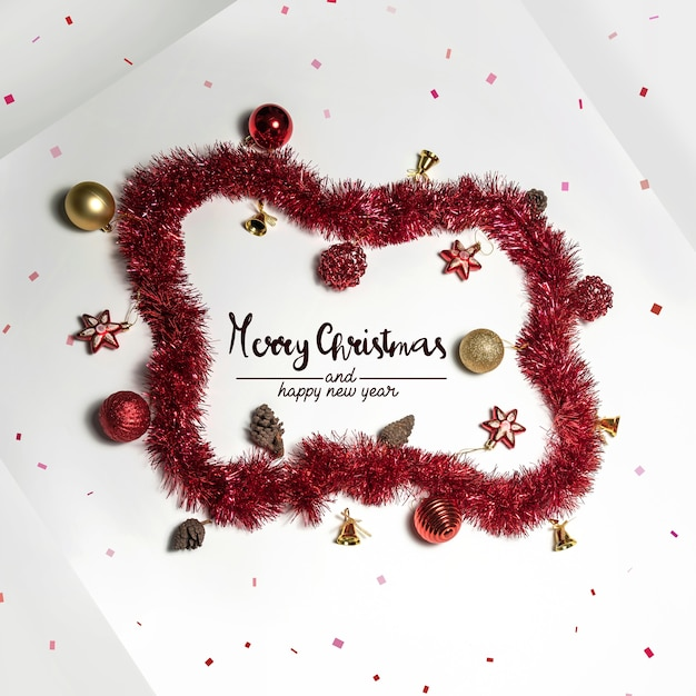 Boules De Décoration De Noël Et Ornements Sur Surface Blanche Photo Premium