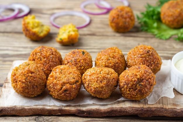 Boules De Falafel De Pois Chiches Végétariens Sur Planche Rustique En Bois Photo Premium