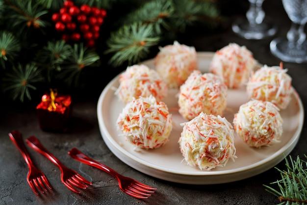 Les Boules De Fromage En Copeaux De Crabe Sont Une Collation Traditionnelle Russe Pour Les Fêtes De Noël Et Du Nouvel An. Photo Premium