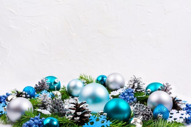 Boules de noël argentées, bleu pâle, turquoise, fond de baies de paillettes, espace de copie. Photo Premium
