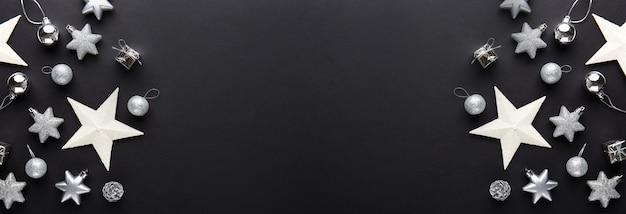 Boules de noël argentées sur noir Photo gratuit
