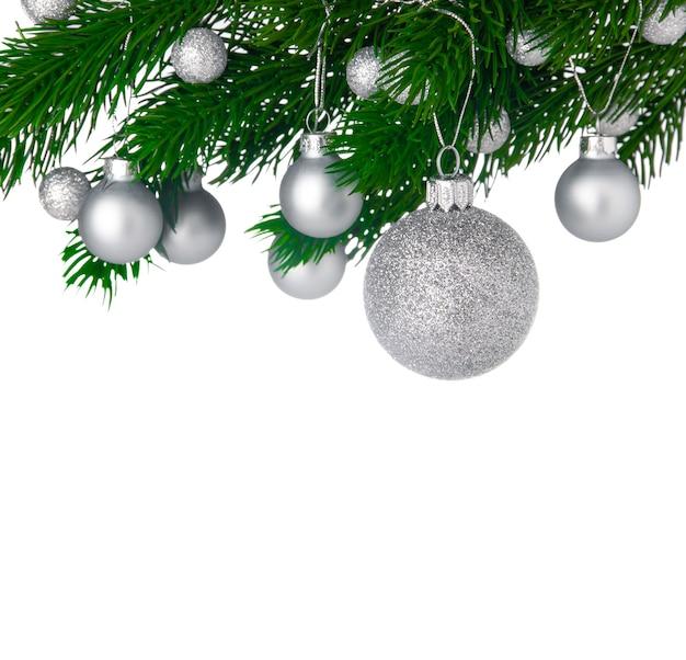 Boules De Noël Sur Une Branche D'arbre De Noël Isolé Sur Fond Blanc, Espace Copie Photo Premium