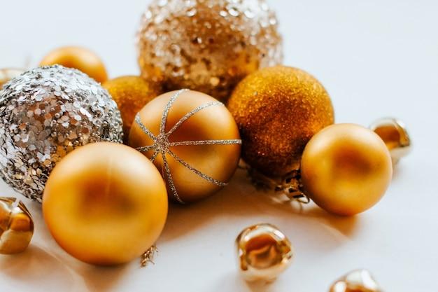 Boules de noël d'or avec des paillettes. Photo Premium