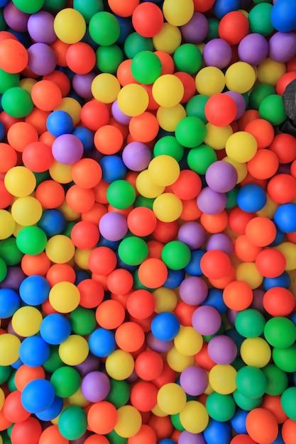 Boules en plastique colorées dans le parc pour enfants Photo Premium
