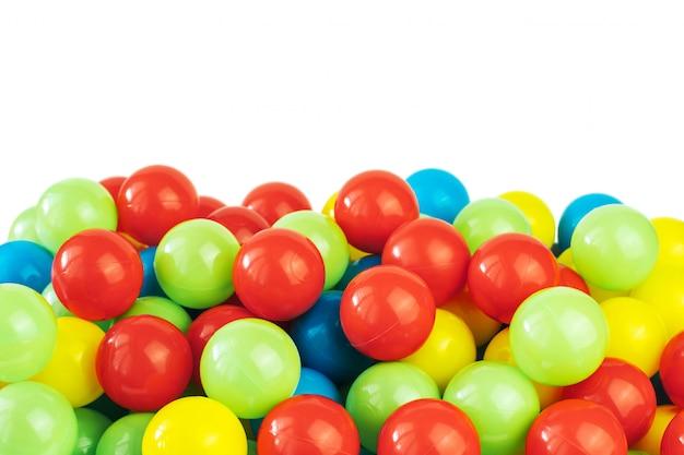 Boules en plastique colorées dans la piscine de la salle de jeux Photo Premium