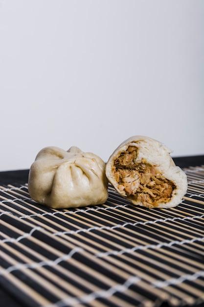 Boulette farcie au poulet sur un napperon sur fond blanc Photo gratuit