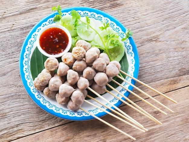 Boulette de viande grillée et sauce chili épicée avec légumes Photo Premium