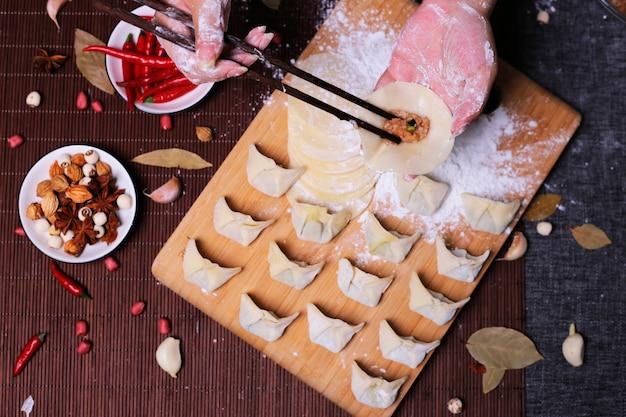 Boulettes Farcies De Viande, Raviolis, Boulettes. Boulettes Avec Farce. Ingrédients De Boulette, Cuisine Chinoise Photo Premium