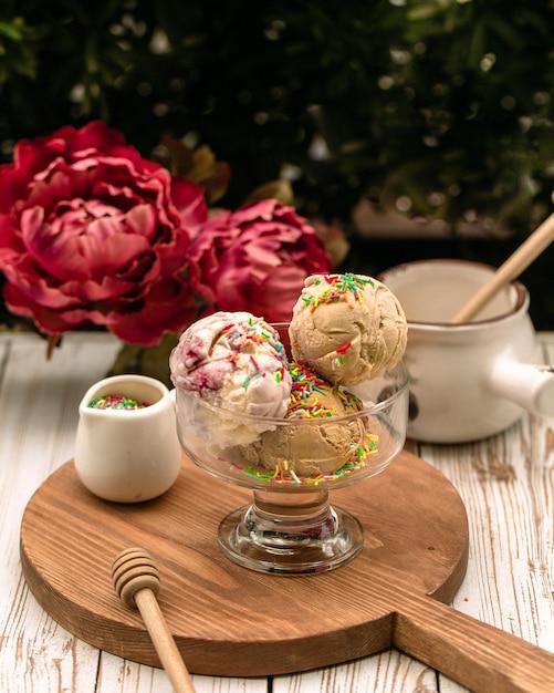 Boulettes de glace mélangées avec des copeaux de caramel Photo gratuit