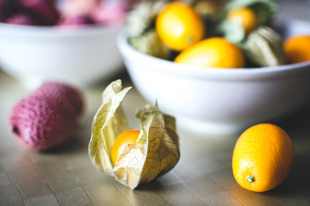 Boulettes de litchi, kumquat et physalis Photo gratuit