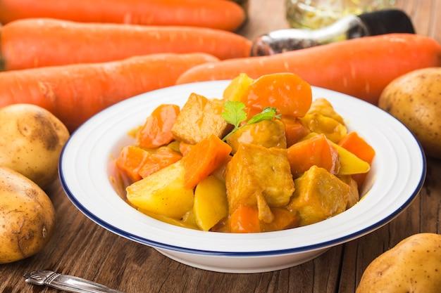 Boulettes De Poisson Au Curry, Pommes De Terre Et Carottes Photo Premium
