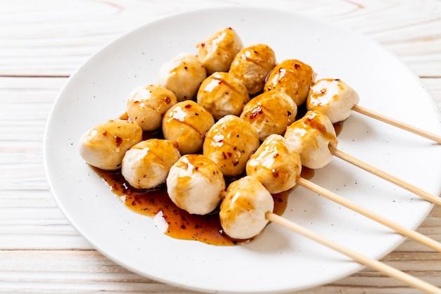 Boulettes de porc grillées avec sauce chili douce Photo Premium