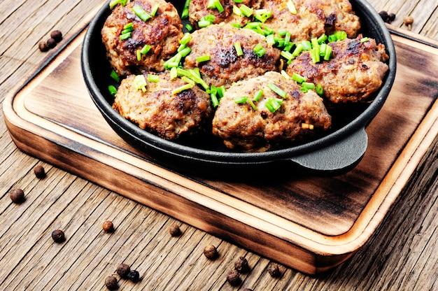 Boulettes de viande délicieuses dans une poêle en fonte Photo Premium