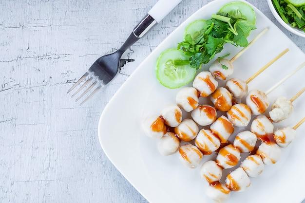 Boulettes de viande grillées avec trempette Photo Premium
