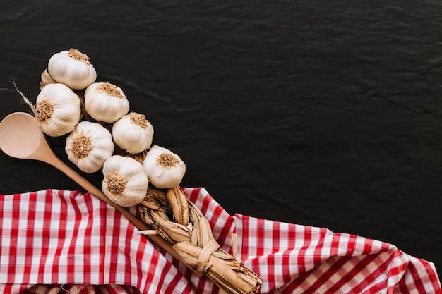 Bouquet d'ail et cuillère sur serviette Photo gratuit