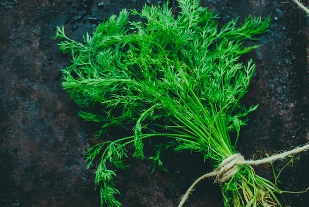 Un bouquet d'aneth frais sur fond sombre. Photo Premium