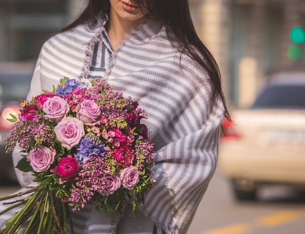 Bouquet d'automne avec des roses roses et des baies, un châle dans les épaules Photo gratuit