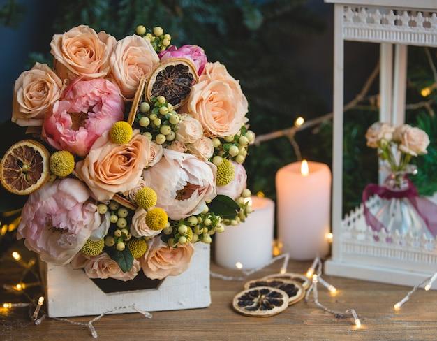 Bouquet de baies de houx, de pivoines et de rondelles de citron séchées. Photo gratuit