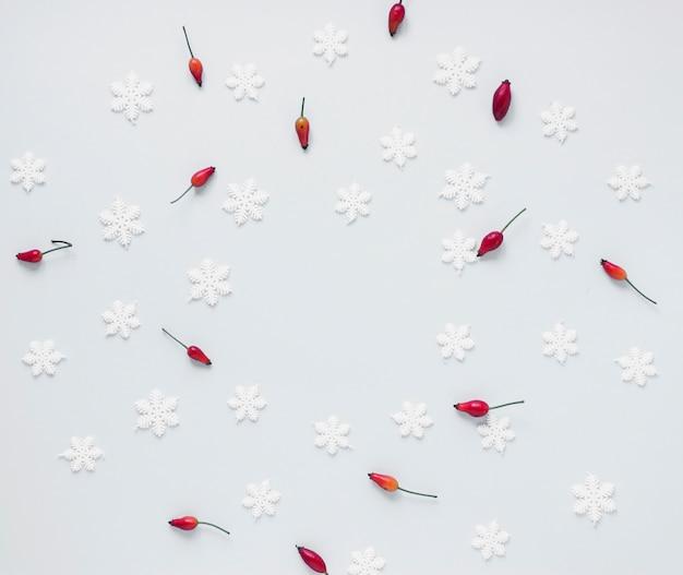 Bouquet de baies rouges et de faux flocons de neige Photo gratuit
