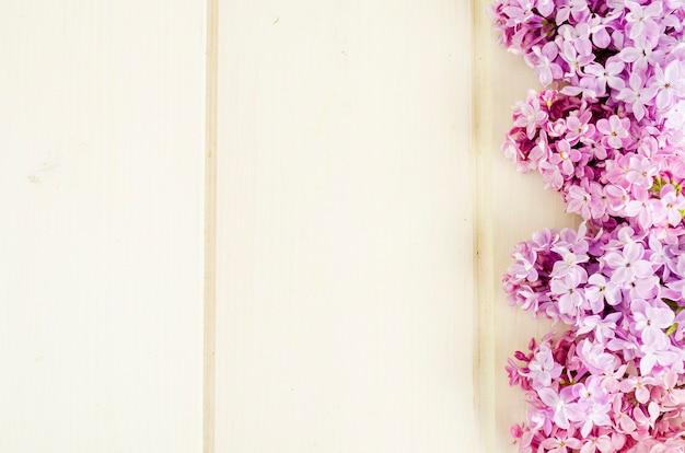 Bouquet de branches de lilas blancs et violets sur fond de table en bois Photo Premium